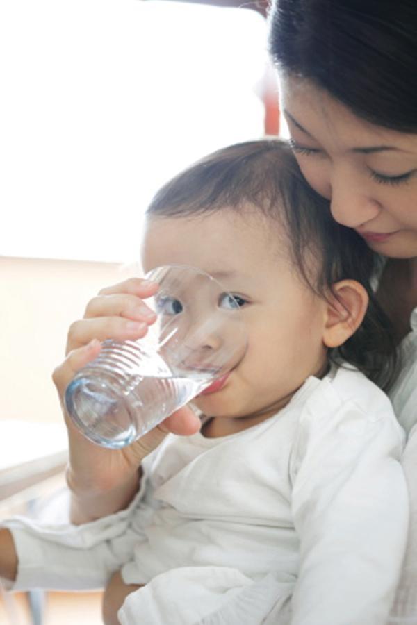 Trẻ cần được uống bù nước khi bị sốt và nôn