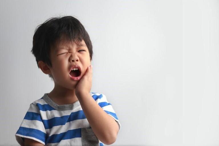 Đau nhức kéo dài khiến các bậc phụ huynh nôn nóng lạm dụng thuốc giảm đau cho bé