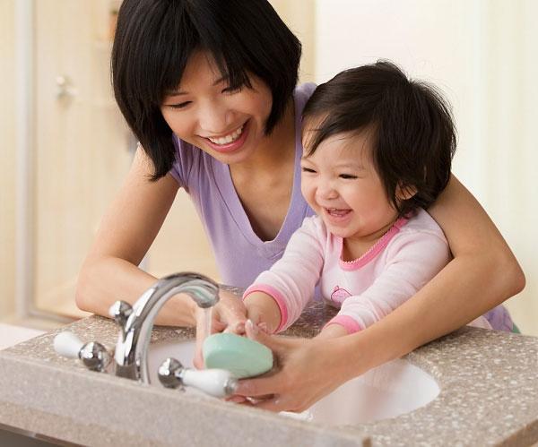 Nên rửa tay sạch sẽ trước khi ăn để tránh nhiễm khuẩn